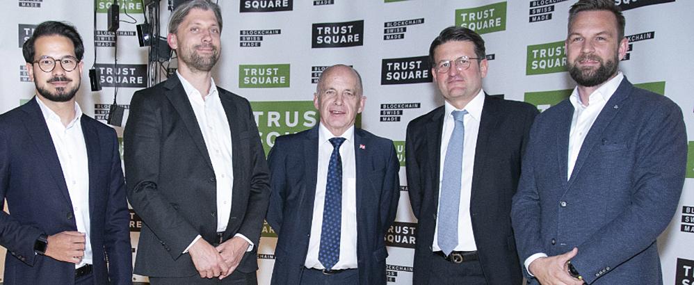 Foto: Trust Square; Bundespräsident Ueli Maurer (Mitte) und Mitglieder des Trust-Square-Teams