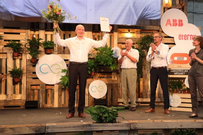 Foto: zVg; Preisträger Carlo Centonze (CEO HeiQ Materials AG), Jost Schumacher (Stiftungspräsident Schweizerische Umweltstiftung), Kurz Lanz (Präsident Go for Impact), Cornelia Diethelm (Mitglied Jury Umweltpreis der Wirtschaft).