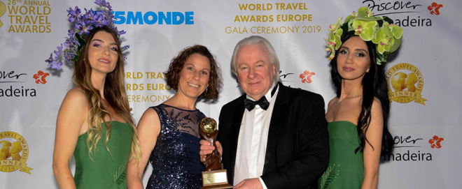 Foto: zVg; Corinne Zingg, Head Terminal Manager am Flughafen Zürich und Graham Cooke, CEO World Travel Awards.