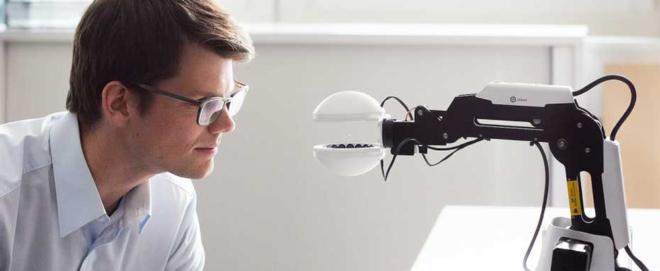 Foto: ETH Zürich/Stefan Weiss; Der Roboter von Forscher Marcel Schuck kann Objekte greifen, ohne sie zu berühren.