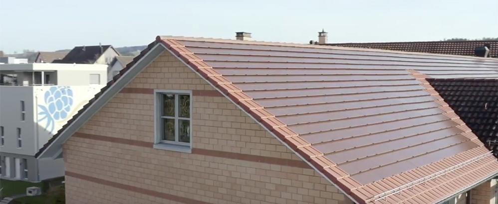 Foto: Bildschirmfoto/EKZ-Video; Eine Solaranlage aus Glasziegeln wurde auf dem Dach der Eltop-Filiale in Effretikon installiert.