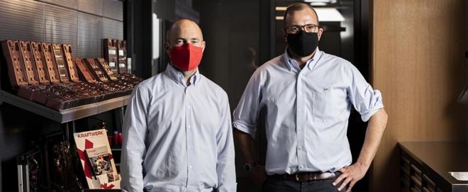 Bild: zVg Novamem/Severin Bigler; Christoph Kellenberger, CEO Novamem AG (links) und Alexander Pieper, CEO Kraftwerk Group (rechts) tragen die gemeinsam entwickelte Maske.
