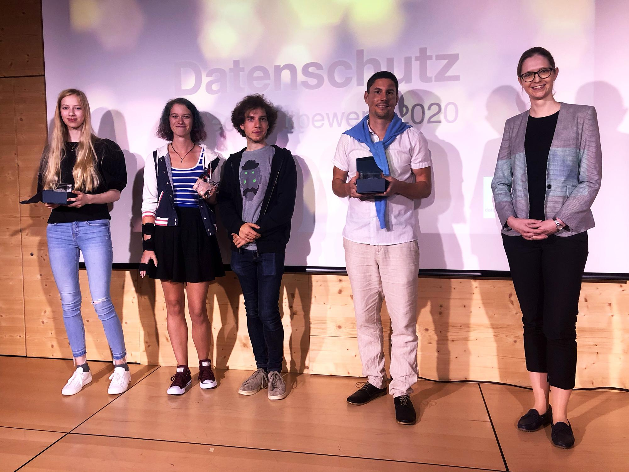 Bild: Kanton Zürich; Die Datenschutzbeauftragte und die Gewinnerinnen und Gewinner freuen sich.