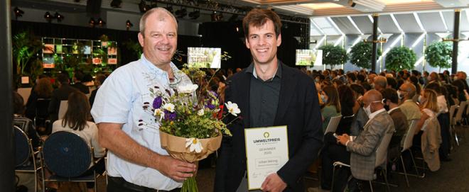 Bild: zVg/Schweizerische Umweltstiftung; Preisträger Martin Eberhard, CEO Eberhard Unternehmungen, (rechts) und Patrick Eberhard, Bereichsleiter Verkauf CEO Eberhard Unternehmungen (links).