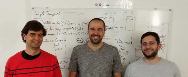 Bild: ETH Zürich; Die DeepCode-Gründer (von links nach rechts): Veselin Raychev (CTO), Boris Paskalev (CEO) und Martin Vechev, der Leiter des ETH-Labors für sichere, zuverlässige und intelligente Systeme.