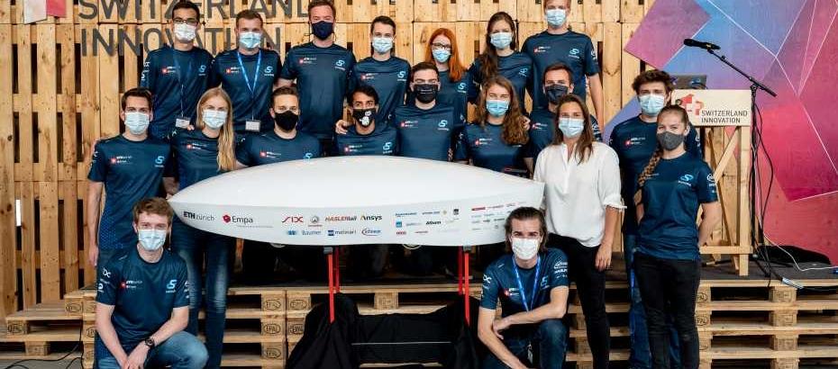Bild: Daniel Winkler Fotografie; Swissloop Team mit der Schweizer Automobilrennfahrerin Simona de Silvestro