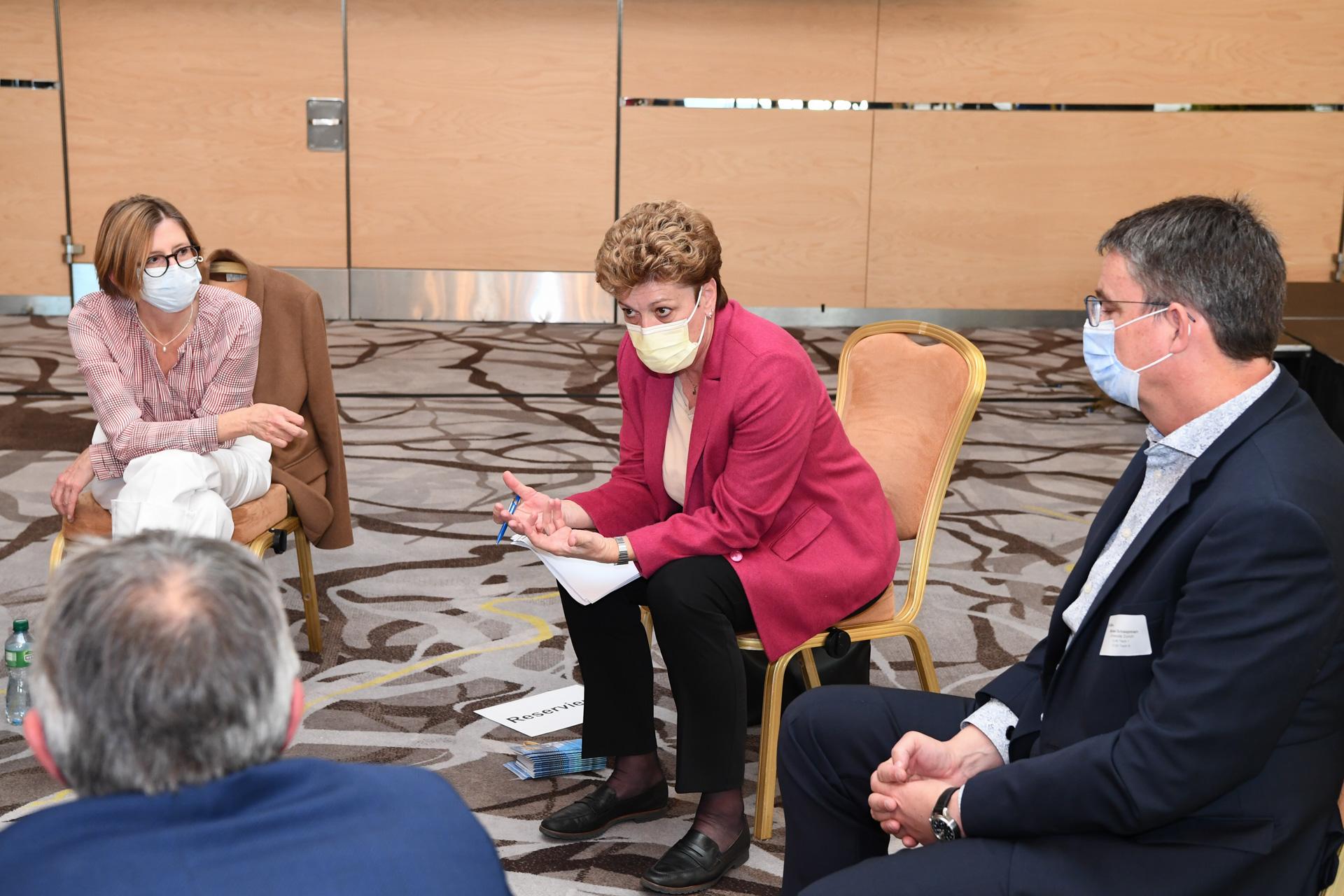 Bild: Andreas Bucher; Diskussionsrunde mit Regierungsrätin Dr. Silvia Steiner