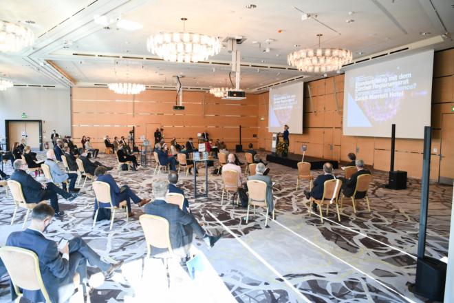 Bild: Andreas Bucher; Begrüssungsrede von Volkswirtschaftsdirektorin Carmen Walker Späh am Standortdialog 2020 mit allen sieben Regierungsratsmitglieder.