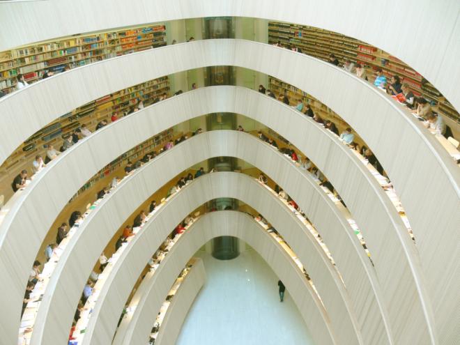 Bild: Wikimedia Commons; Die Bibliothek des Rechtswissenschaftlichen Instituts der UZH ist neben vielen anderen wissenschaftlichen Bibliotheken Teil von swisscovery.
