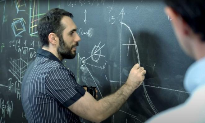 Bild: Screenshot Youtube/Barbara Gallavotti; Nicola Serra sucht nach einer neuen elementaren Kraft.