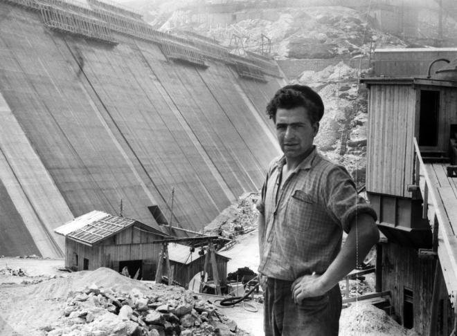 Bild: Stadtarchiv Zürich; Italienischer Gastarbeiter vor der Staumauer Albigna 1958.