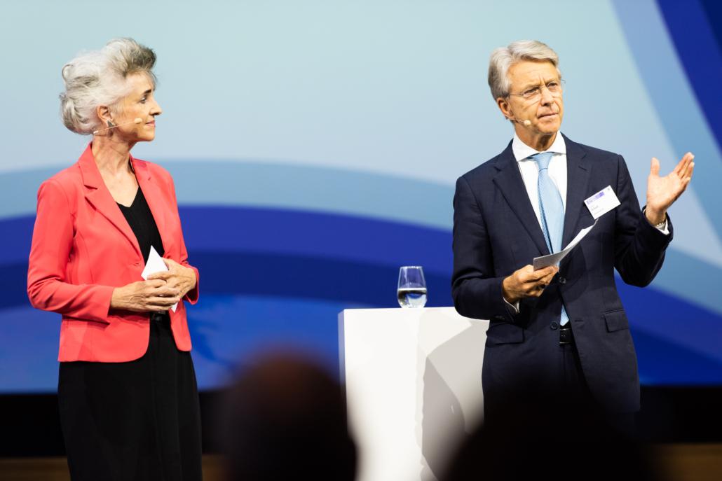 """Bild: zvG; Volkswirtschaftsdirektorin Carmen Walker Späh und Herbert J. Scheidt, VR Präsident Vontobel, an der """"Gemeinsam für Zürich"""" Konferenz"""