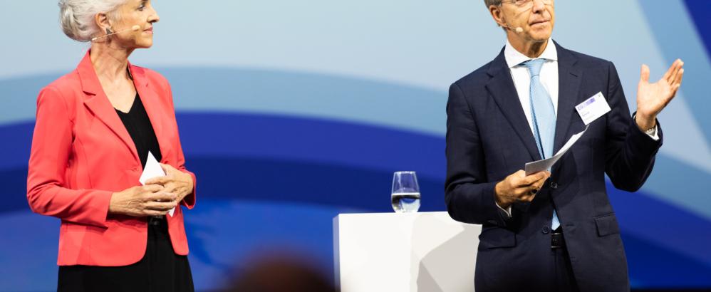 """Bild: Iris Ritter, Finanz und Wirtschaft; Volkswirtschaftsdirektorin Carmen Walker Späh und Herbert J. Scheidt, Präsident des Verwaltungsrates Vontobel, an der Konferenz """"Gemeinsam für Zürich"""""""