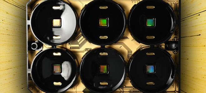 Bild: 3Brain AG; Die CorePlate-Technologie nutzt sechs Mikrochips und die Künstliche Intelligenz für die Analyse von Wirkstoffen.