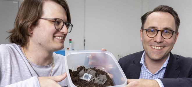 Bild: Gian Vaitl/Empa; Xavier Aeby und Gustav Nyström haben eine komplett gedruckte, biologisch abbaubare Batterie entwickelt, die aus Zellulose und anderen ungiftigen Komponenten besteht.
