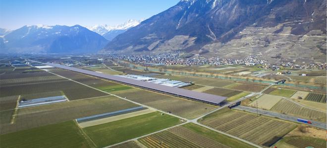 Bild: zVg; Die Swiss EnergyPier Group will eine 1,6 Kilometer lange Strecke auf der A9 im Wallis mit einer Solar- und Windkraftanlage überdachen.