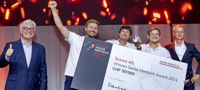 Bild: zVg/Schweizer Medizintechnikverband; Scewo hat mit seinem treppensteigenden Elektrorollstuhl den Swiss Medtech Award gewonnen.
