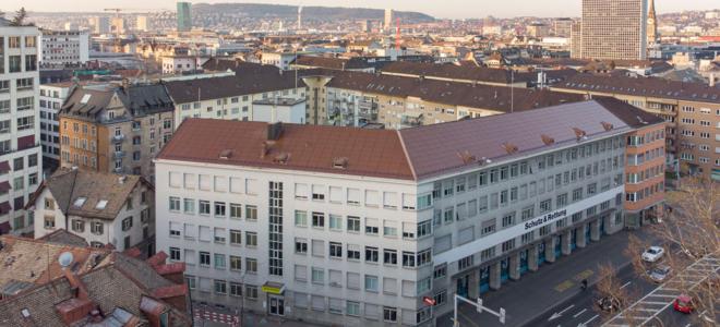 Bild; Bild: 3S Solar Plus; Ist kaum von den umliegenden Ziegeldächern zu unterscheiden: Das Solardach von 3S Solar Plus für Schutz & Rettung in Zürich setzt erstmals die Farbtechnologie des CSEM-Start-ups Solaxness ein.